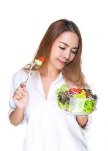 Kobieta jedząca sałatkę keto