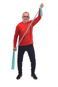 Senior bez bólu kręgosłupa ćwiczacy z gumą